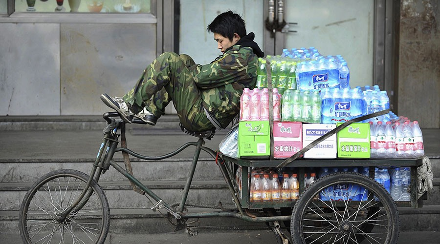 beverage delivery man takes a nap on a tricycle in Shenyang, Liaoning province, China © Reuters