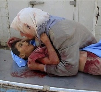 Iraqi mother with her dead child