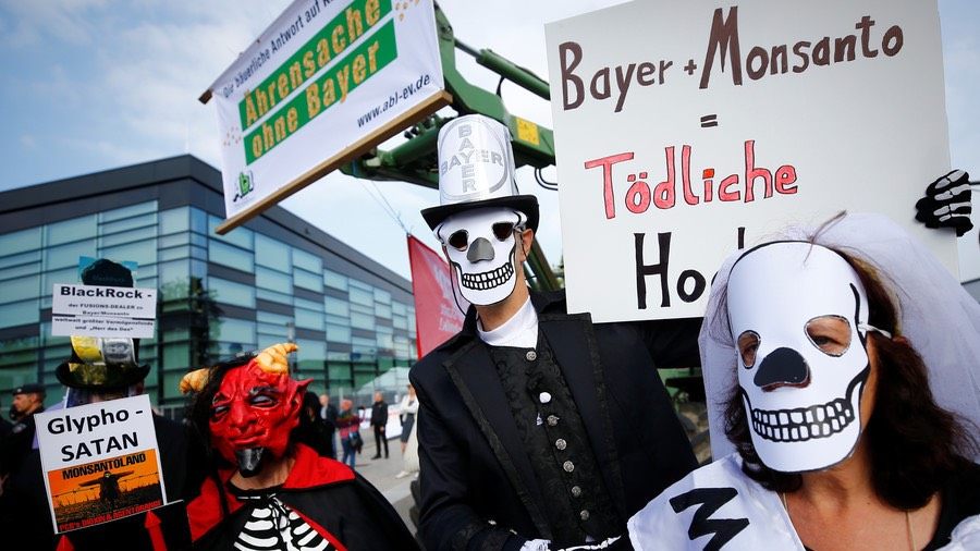 People protest against the merger of Germany's Bayer with US seeds and agrochemicals company Monsanto © Wolfgang Rattay : Reuters