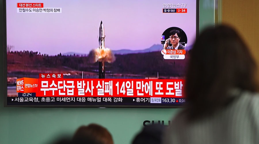 People watch a television news showing file footage of a North Korean missile launch, at a railway station in Seoul on April 5, 2017. © JUNG YEON-JE : AFP