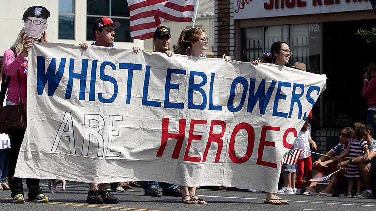 Supporters of whistleblowers march in Santa Monica's seventh annual Fourth of July parade in Santa Monica, California © REUTERS : Jonathan Alcorn
