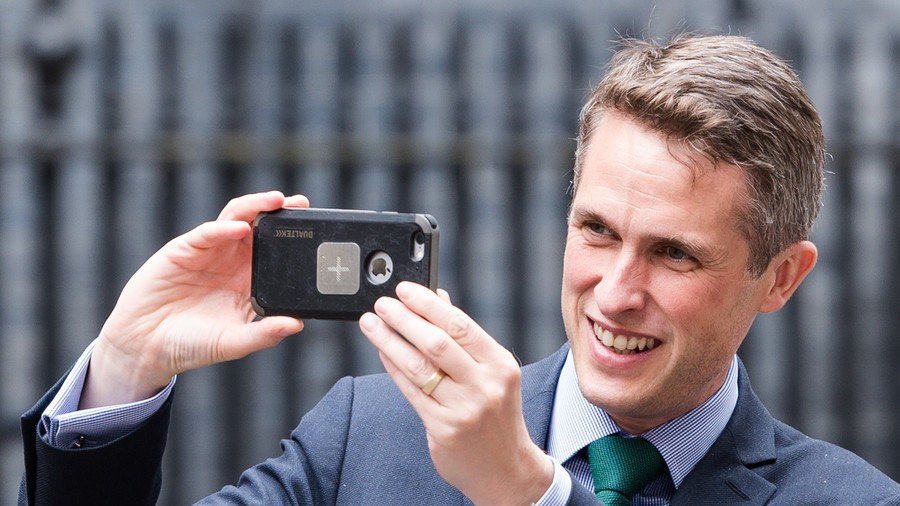 UK Secretary of State for Defence Gavin Williamsons unsecure phone © Barcroft Media : Getty Images
